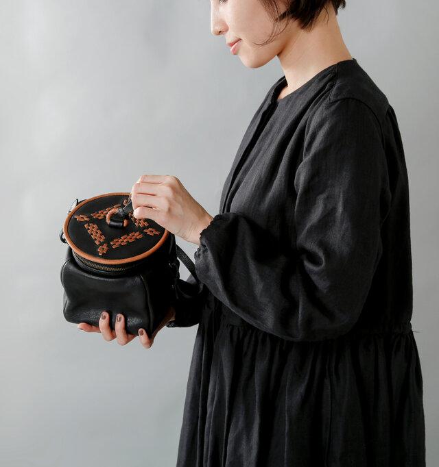 ポットの形をモチーフにした小さなバッグ。丸くぽってりした形は他ではあまり見られない形ですが、マチが十分に取られている為実用性も兼ね備えています。