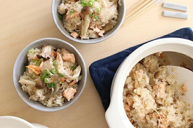 Kakomiは2合炊きサイズ。 本体は耐熱温度差500℃をクリアした高耐熱陶器。 そのため遠赤外線効果によって芯まで火を通すのでごはんがふっくらと炊き上がります。 本体の丸みのある形状は内部で対流を起こすため。 それによってお米のひと粒ひと粒がムラなく炊き上がるんです。 また、一般的な土鍋と比べるとKakomiは吸水率がとても低いため 料理の匂いが鍋に移りにいので、いつまでも清潔に使えます。 お米を炊くことに特化した土鍋ですが、スープやうどんなどその他のお料理にも使ってくださいね。