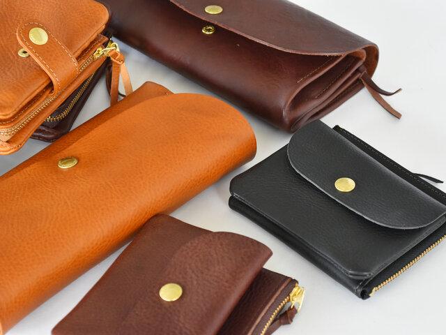 こちらの収納力抜群の長財布の他に、2つ折り財布と小さめの財布もございます。