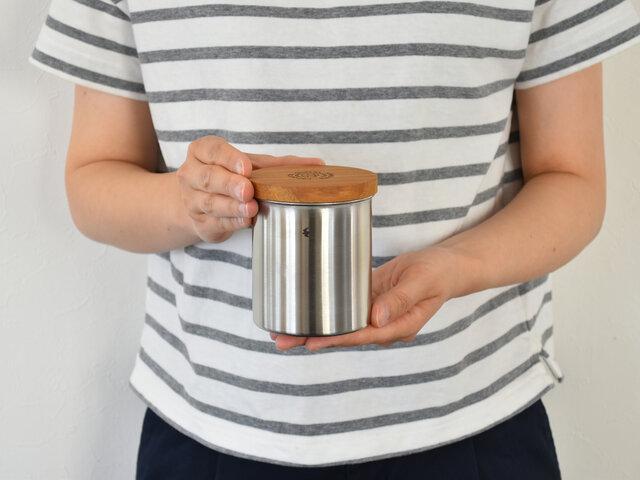 350ml(ショート)は、コーヒー粉なら130g入ります。少量ずつ豆を挽く…という方におすすめです。コーヒー豆以外にも、塩や砂糖など調味料入れにもピッタリの大きさです。