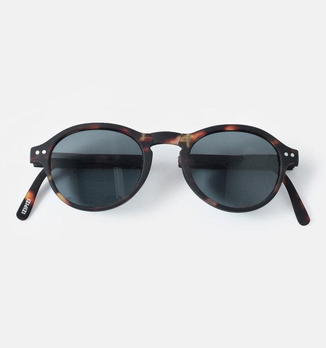 日差しの強い日は、紫外線から目を守ってくれるサングラスは必需品。 IZIPIZIのサングラスは99.9%UVカットで太陽光のまぶしさもへっちゃらです。
