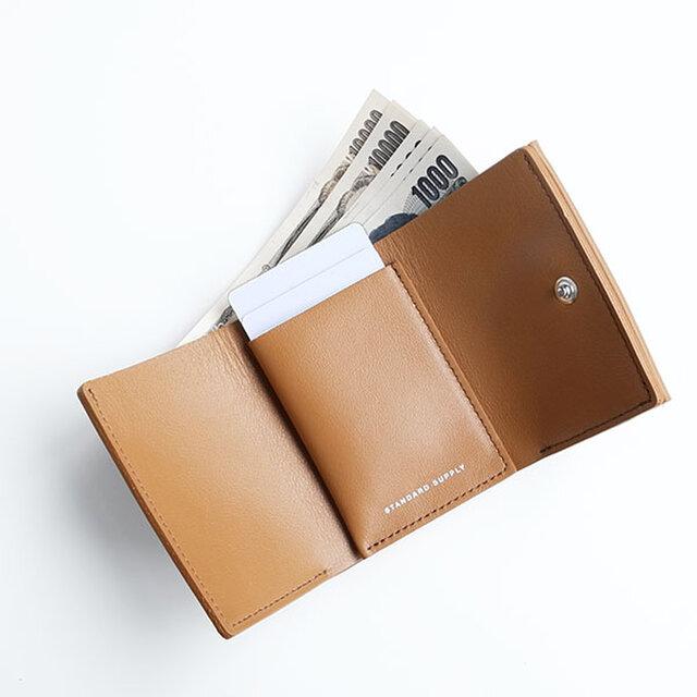 小さいながらも、お札は折りたたまずに収納ができます。カード段には3枚ほど収納することが可能です。
