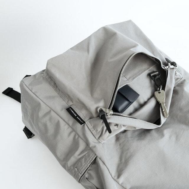 前ポケットは左右どちらからでも開けやすいように、ダブルスライダー仕様に。中には鍵などが付けられるフックと、仕切りポケットが付いています。