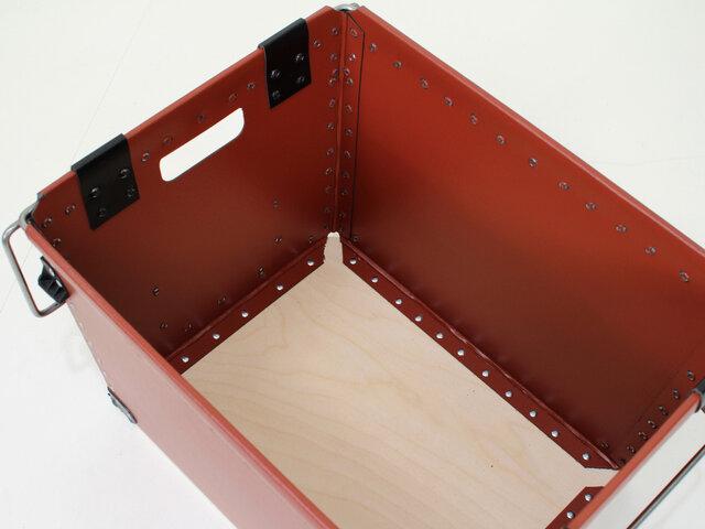 底部分は木製なので本や書類などの重たいものの収納にも対応できるしっかりとした作りです。