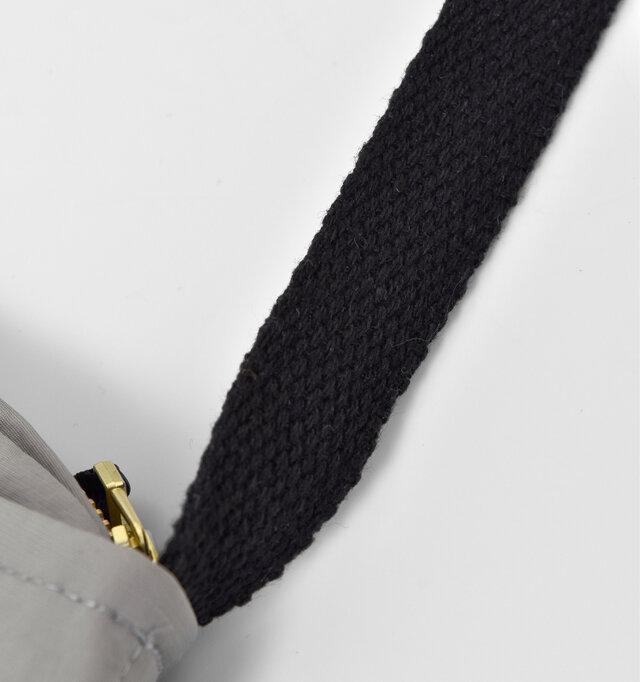 ストラップは、コットン100%の柔らかな素材で肌触り◎結んで長さの調節が可能です。