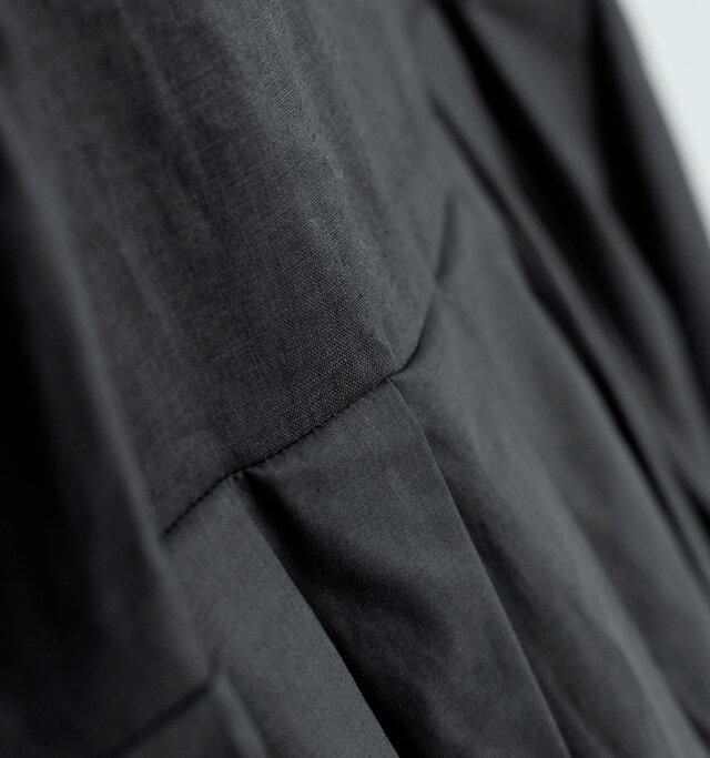 トップは清涼感があって爽やかなリネン素材。肌にまとわりつかず、汗ばむ季節にも快適な着心地。 スカート部分は薄手のコットン素材をたっぷりと使用しています。