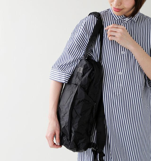 肩にさっとかけられて便利なのが、トートバッグのいいところ。縦に雑誌や書類がすっぽりと入り、収まりがいいのがおススメのポイントです。左右にはサイドポケットもあり。右側のポケットはファスナーでマチを調整することもできます。
