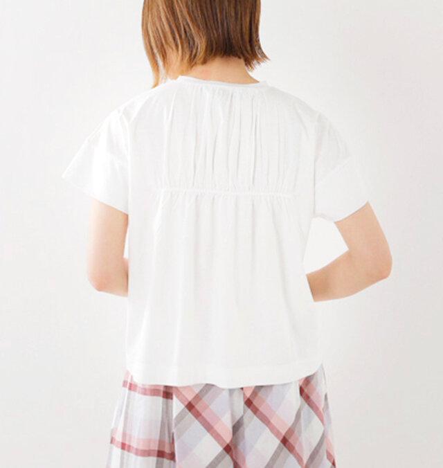 ギャザーがたっぷり施されたバックスタイル。ふんわりとエアリーな仕上がりです。裾がふわりと広がる涼しげでフェミニンな要素と、カジュアルにデイリー使いできる実用性をあわせ持っています。