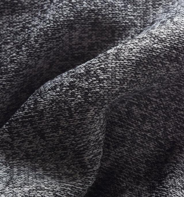 表はニットのような素材感に仕上げて見た目にも◎。色の違う糸を使う事で霜降り状に。少し古着のようなレトロな雰囲気がかわいらしいですね。