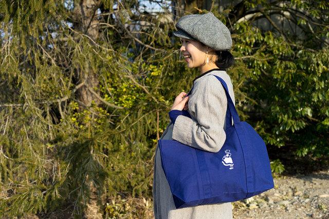 持ち手は少し長めで、荷物をたくさん入れて肩に掛けるのにちょうどいい長さ。