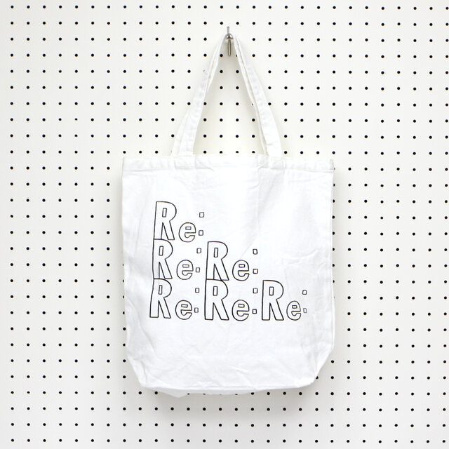 REPLYを意味する「Re:」の文字が並んだ可愛いトートバッグ。