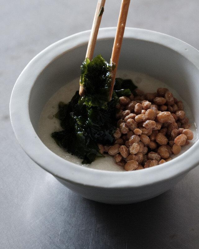例えばセラミックおろしで山芋をおろして、とろとろネバネバのこんな一品を。 村田商店の納豆と、三高水産のとろとろわかめをあわせて。