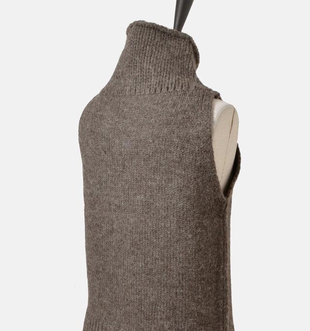 バックスタイルもすっきり。アウターを羽織ってもごわつかずスマートに着こなしていただけます。