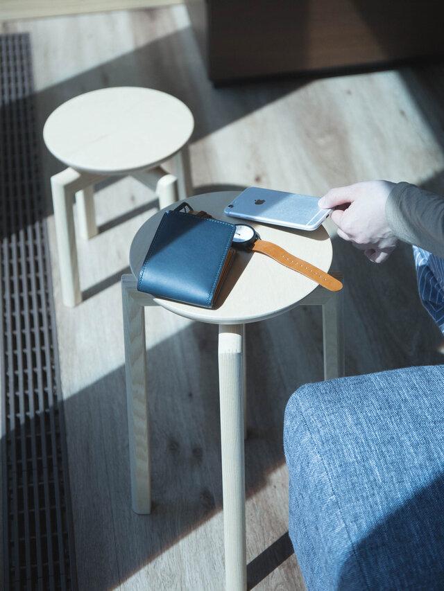 ちょっと一息つきたい時は、ソファの傍らにマッシュルームスツールを置けば、サイドテーブルに変身。 コーヒーとスイーツを乗せて、至福のリラックスタイムを。