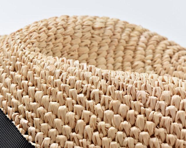 ヤシ科の植物であるラフィア椰子の植物の葉を加工して作られた素材をラフィアといいます。 天然素材らしく、繊維の走っている方向と平行にかかる張力には大変強いという特徴を持っています。  その上、天然の樹脂を内部に含んでいるので柔軟性に優れ、折りたたんでも元に戻るほど高い復元力を持っています。また革製品のように使えば使うほど、艶を増し、柔らかく風合いが変化していくところも特徴。長い間愛用でき、風合いの変化を楽しむことができます。