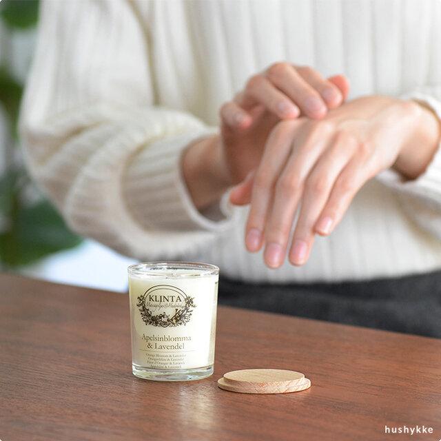 KLINTAのキャンドルは、96%が植物由来成分。 人工的なパラベンなどの防腐材、着色料、硫酸塩、動物性物質、その他の添加物は一切使用しておらず、子供でも安心して使えるオーガニック由来の菜種油とソイワックスが主成分です。  また、香りが表面だけに添加されているものとは異なり、キャンドル全体に香料がブレンドされているため、使い切るまで自然な香りが持続します。