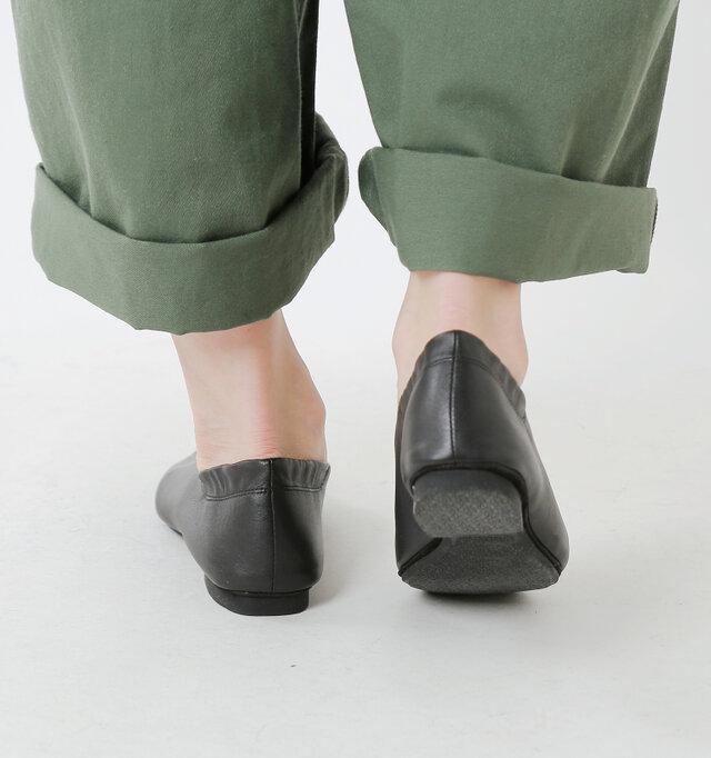 約1.5cmのローヒールで長時間の歩行でも疲れにくく、足にも優しいデザイン。 厚みのないほぼフラットなソールは柔らかく曲がり、足の動きにやさしく寄り添います。