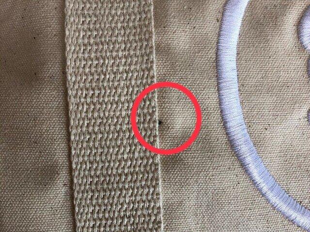 製造時にできるチャコペン跡のような黒い斑点が見られる場合がございます。