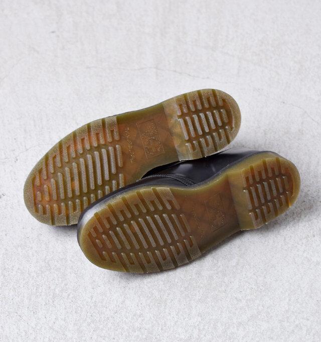 バウンジングと呼ばれる「弾むような」歩行性を実現したソールは、ソール内に空気を閉じ込めることで歩行中の衝撃を吸収してくれます。