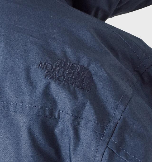 後ろの右肩には同系色のブランドロゴ刺繍がさりげないアクセントになっています。