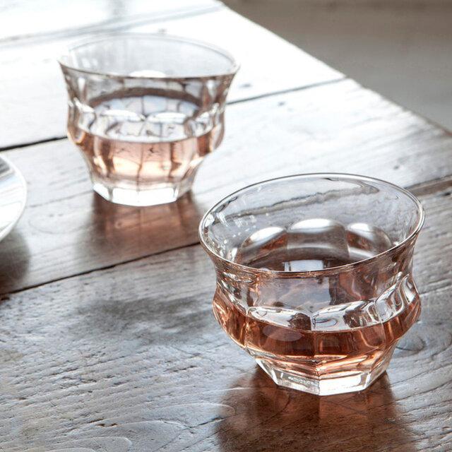 こんな個性的なグラスで飲むお酒は、またいつもと違った気分にさせてくれそう。