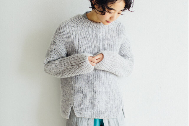 まるで美しい建築物のように立体的に設計されたセーター。モードにもカジュアルにもキマるセーターです。 体のラインがきれいに収まるように、前後の形状も違います。