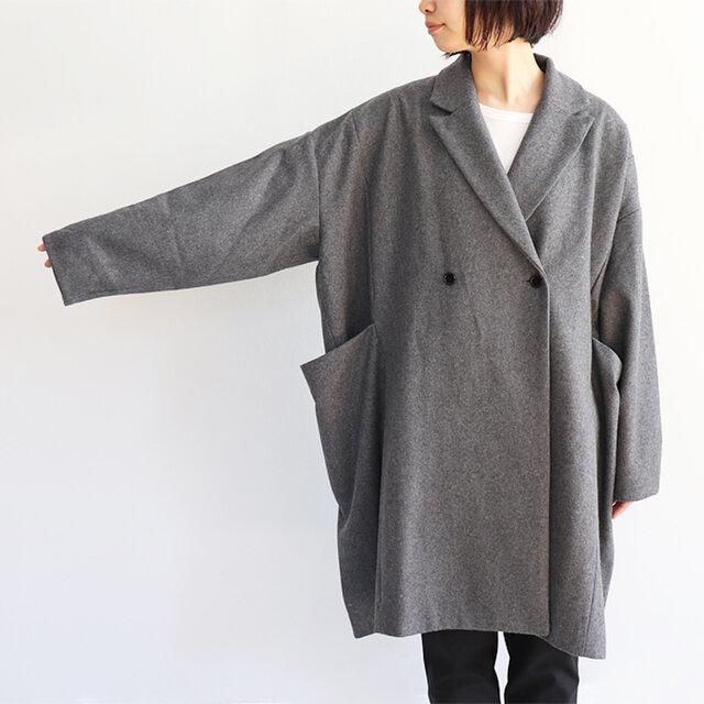 ゆったりすぎるぐらいのワイドな身幅がデザイン性を高めており、着用時にはコクーンシルエットに。 ボタンは右留め、左留めと気分に合わせて留め方を変えることができます。