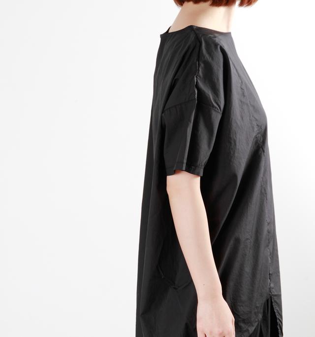 シャープな首元のラインもシックな大人の着こなしにぴったり。クールでモダンな雰囲気を演出してくれますよ。