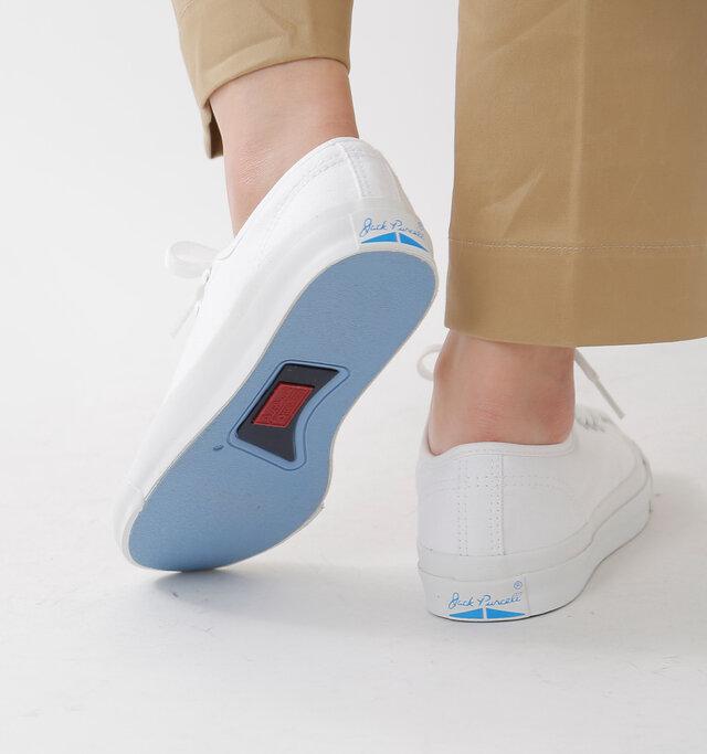 コート競技用に作られているだけあってグリップ力に優れたラバーのアウトソール。 カラーリングとデザインも優れており、いつもより足を高く上げて出かけたくなります。