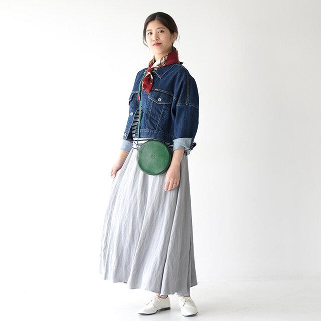 スタイルよく見せてくれるYANUK<ヤヌーク>のショート丈デニムジャケットに、とろみのある生地から生まれる ドレープが女性らしいdolly-sean<ドリーシーン>のロングスカートを合わせた、きれいめカジュアルスタイル♪ 鮮やかに映えるブルーデニムはシーズンムードを高めてくれますよ◎