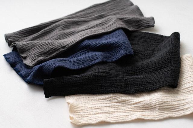 左からグレー、ネイビー、黒、生成