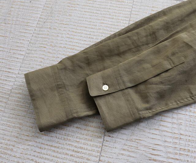 袖口はきちんと感があり、全体のバランスを整えて。