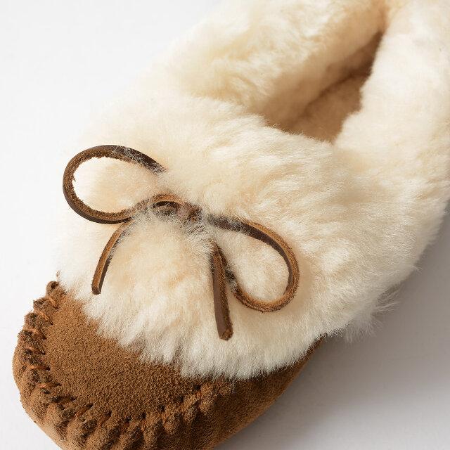 アッパーにはふわふわのオーストラリア産シープスキンを贅沢に仕様。ファーの中にレザーのシューレースがちょこんと覗くキュートなデザインです。