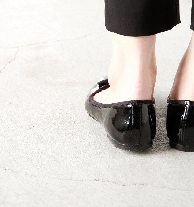 女性の足に沿わせたキュッとしたフォルムで脱げにくい造りをしています。