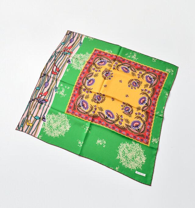 アレンジの幅が広がる中判サイズのスカーフです。上質なシルク100%素材に発色の良いプリントが鮮やかな逸品です。