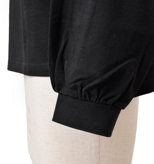 袖口がきゅっと絞られたデザインで華奢な手元を演出。くしゅっとしたギャザーを寄せ、可愛らしさをプラス。