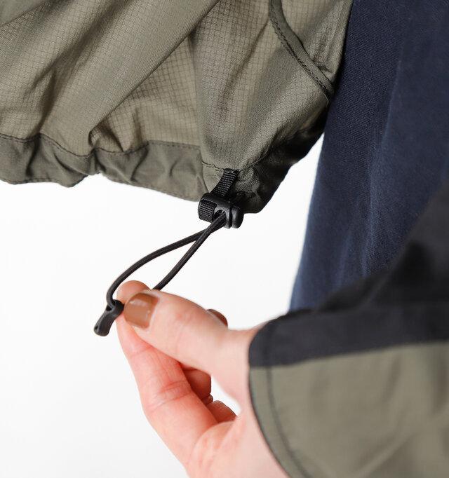 裾のドローコードを絞ることで、風の侵入を防いでくれます。