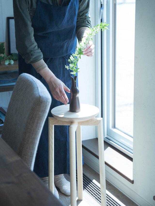 背の高いスツールは、部屋のコーナーや窓辺のディスプレイに使用しても。フラワーベースに季節の花を生け、スツールに飾って楽しみましょう。