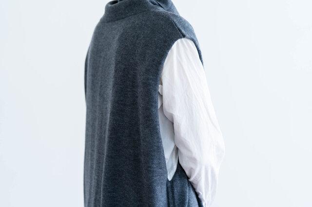 裏表の編み目の強弱でくるっとカールさせた袖口がデザインのアクセントになっています。