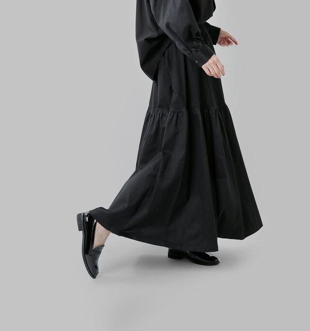 動きに合わせて揺れる。 エレガントな ロングスカート