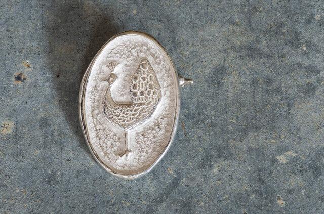 手彫りならではの凹凸感と、少しゆがんだ形が味わい深い作品です。
