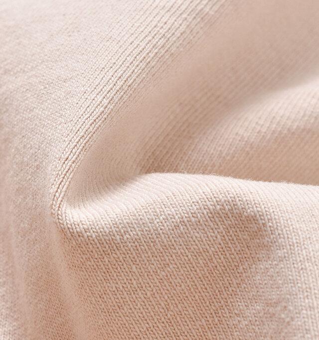 滑らかで上品な光沢感のあるコットン生地を使用。 中厚なので身体のラインが響きにくく、透けにくいところもポイントです。