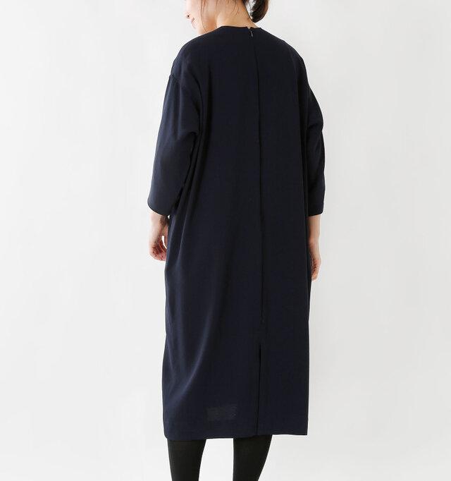 同素材の人気定番アイテム[nk-nc907op]の38サイズより、10cm着丈を伸ばしたバージョン。「あと少し長かったら…」そんな声にお応えして生まれたアイテムです。しっかり膝下まで届く安心の丈感。シルエットはそのままに、着丈だけを長くしたことで着こなしもぐっと広がります。さりげないスリット入り◎