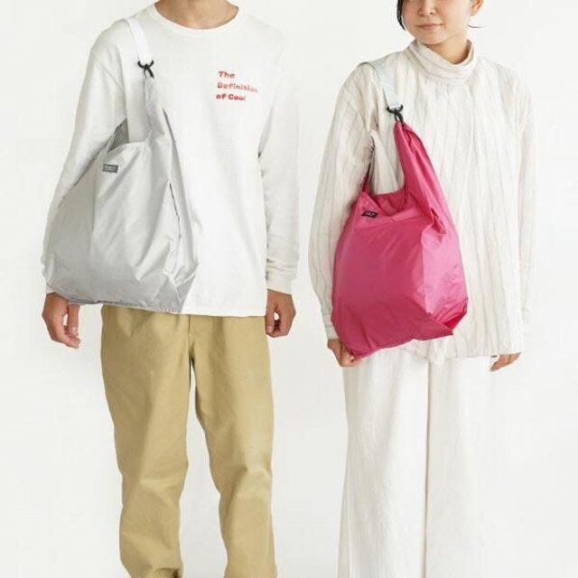 (左)男性モデル:CONVENIサイズ/LIGHT GREY×WHITE (右)女性モデル:CONVENIサイズ/ROSE PINK×SILVER