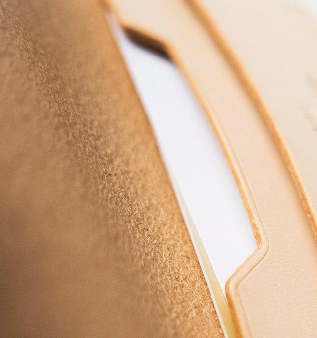 内側はスエード地になり、程よい摩擦があることでカードから受ける傷を抑える効果も◎。