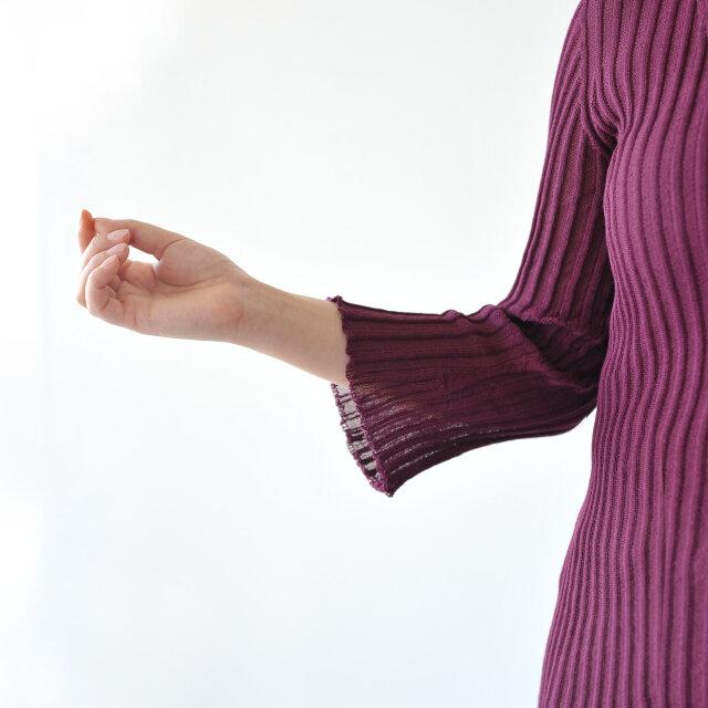 袖口は少しフレアになっているため、より優雅な雰囲気を演出します。
