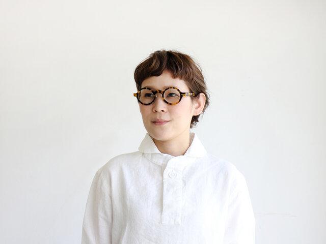 真っ白なシャツに、イエローデミがよく映えます。無地のカットソー×デニムなど、眼鏡を主役にしたシンプルコーデがおすすめ◎。