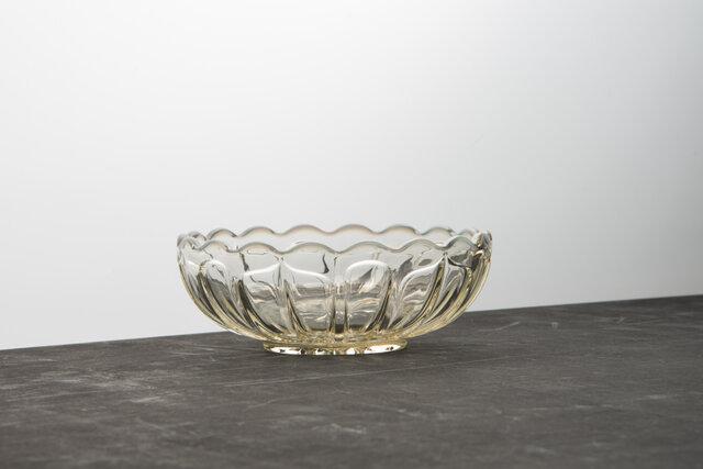 古代色という名が似合う、うっすらと茶色がかった色。美しいオパ-ル色の輝きは、レトロモダンの懐かしい時間を感じさせてくれるロマンチックなガラスです。