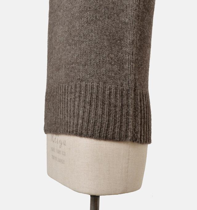 長めのリブ編みでウエスト周りをきゅっと包みます。