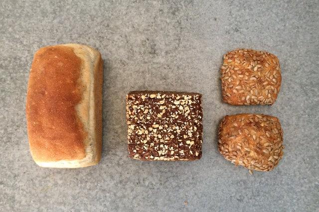 左からフランスクブロ、黒パン、グレロッツ